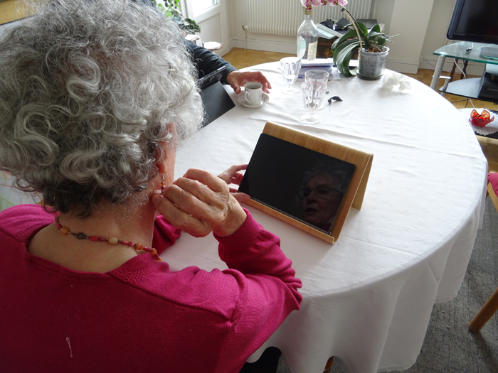 Jacqueline et sa tablette