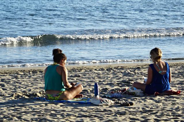 deux femmes au bord de la plage